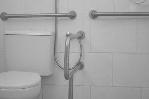 banheiro-adaptado-idoso-locamed