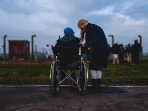 como-empurrar-cadeira-de-rodas-locamed