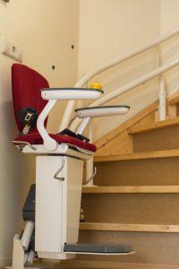 cadeira-elevatoria-casa-adaptada-idoso-locamed