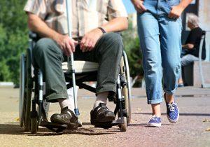 parando-cadeira-de-rodas-para-conversar-locamed