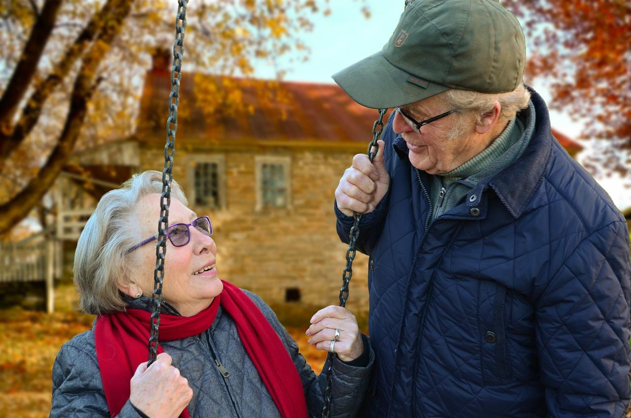 casal-idosos-jardim