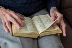 leitura-atividade-idosos-locamed