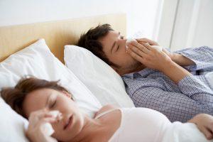 casal-deitado-na-cama-com=gripe