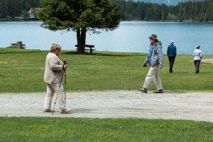 atividade-fisica-idosos-caminhada-locamed-bh