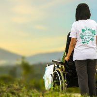 como-empurrar-cadeira-de-rodas-com-seguranca-locamed